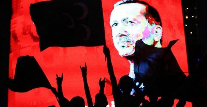 Una pantalla muestra al presidente de Turquía, Recep Tayyip Erdogan, durante una manifestación en Ankara. - AFP