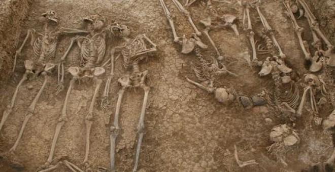 Fosa común del antiguo cementerio de San Rafael antes de ser exhumada