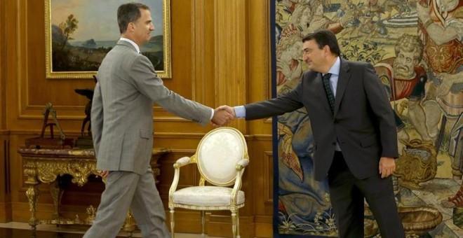 El rey Felipe saluda al portavoz del PNV en el Congreso, Aitor Esteban (d), a quien recibió en el Palacio de la Zarzuela en la segunda jornada de su ronda de consultas con las formaciones políticas parlamentarias para proponer un candidato a la Presidenci