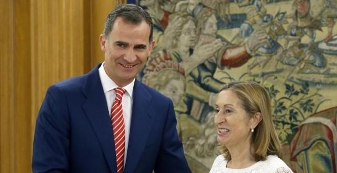 El rey Felipe VI saluda a la presidenta del Congreso, Ana Pastor, a su llegada al palacio de la Zarzuela. EFE/Ángel Díaz