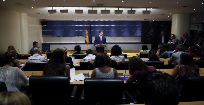 El presidente del Gobierno en funciones, Mariano Rajoy, durante la rueda de prensa que ha ofrecido en el Congreso tras la reunión con el secretario general del PSOE, Pedro Sánchez. EFE/J. J. Guillén