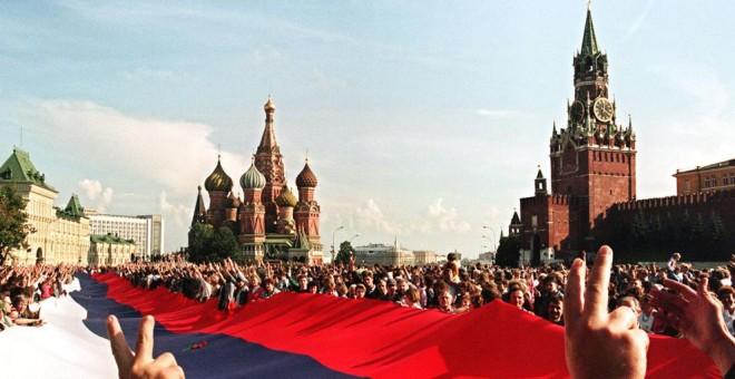 Celebraciones en Moscú tras el golpe fallido de agosto en 1991. AFP