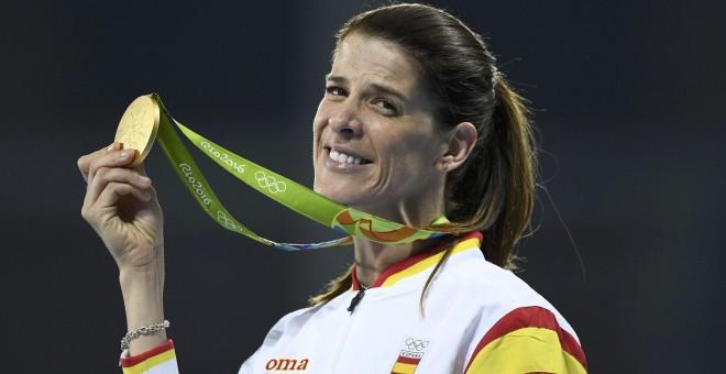 La atleta cántabra Ruth Beitia con su medalla de oro en salto de altura en los JJOO de Rio. REUTERS/Dylan Martinez