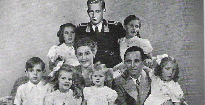 Joseph y Magda Goebbels, en una foto de famlia con sus hijos.