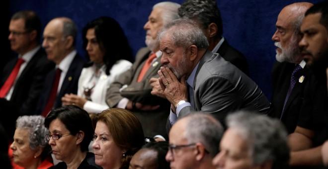 El expresidente brasileño Luiz Inacio Lula da Silva  escucha la comparecencia de Dilma Rousseff en el Senado.- REUTERS