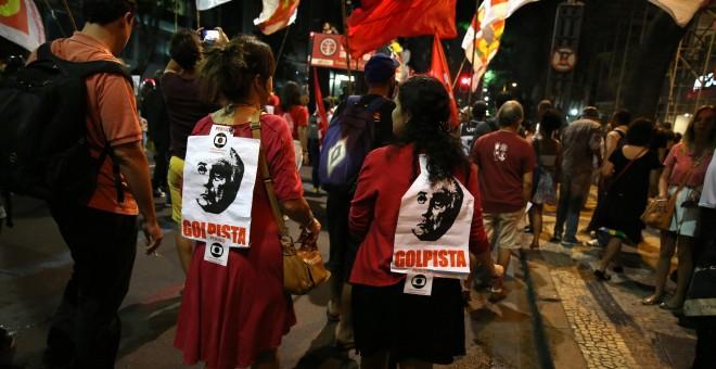 Manifestantes en favor de Dilma Rousseff han salido en la calle este lunes en diversas ciduades brasileñas en protesta contra el proceso contra la mandataria. - REUTERS