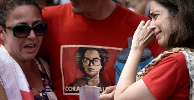 Seguidores de Rousseff lloran tras conocer la votación final del Senado. - AFP