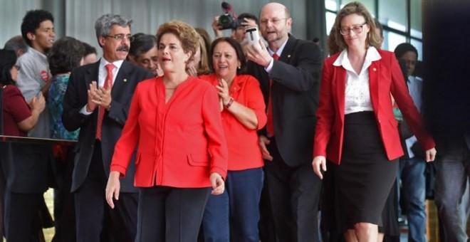 Dilma Rousseff, acompañada por varios compañeros, antes de dar su discurso tras ser destituida. - AFP