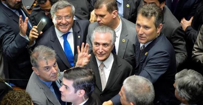 Michel Temer, felicitado por algunos senadores tras la destitución de la mandataria Dilma Rousseff. - EFE