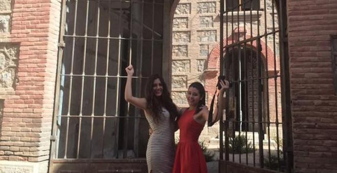 Las dos jóvenes estudiantes en la puerta de la Vieja Cárcel.