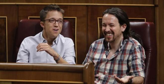 Los dirigentes de Podemos Pablo Iglesias e Iñigo Errejón, en sus escaños durante el debate. - EFE