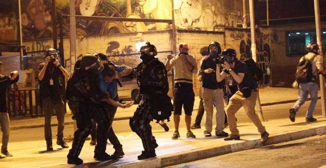 Agentes de policía detienen a un manifestante. - REUTERS