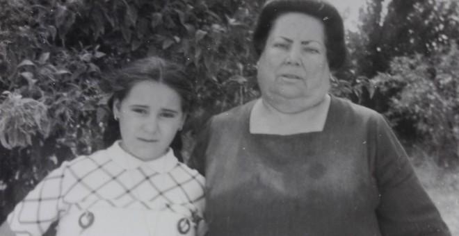 Ascensión López Rodríguez, con su madre adoptiva