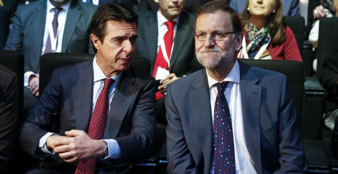 Foto de archivo del exministro Juan Manuel Soria con el presidente del Gobierno, Mariano Rajoy, en un acto oficial. REUTERS