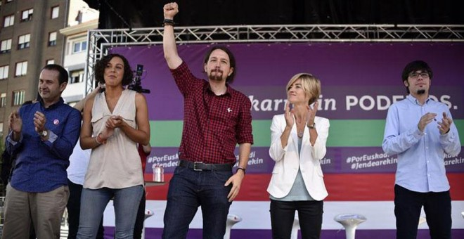 El líder de Podemos, Pablo Iglesias, acompañado por la candidata a lehendakari, Pili Zabala, y la secretaria general de Podemos Euskadi, Nagua Alba, durante un acto de campaña celebrado hoy en Barakaldo.- EFE