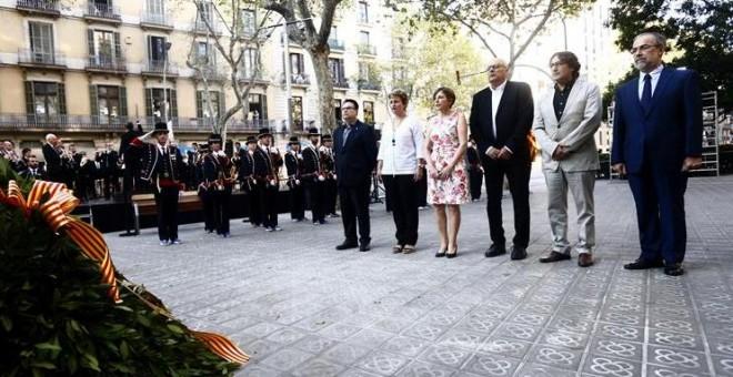 La presidenta del Parlament, Carme Forcadell (3i), acompañada de los miembros de la Mesa acude a la tradicional ofrenda floral al monumento de Rafael Casanova. /EFE