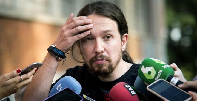 El líder de Podemos, Pablo Iglesias, realiza declaraciones a los periodistas durante la clausura de la Universidad del partido en la Universidad Complutense de Madrid. EFE/Luca Piergiovanni