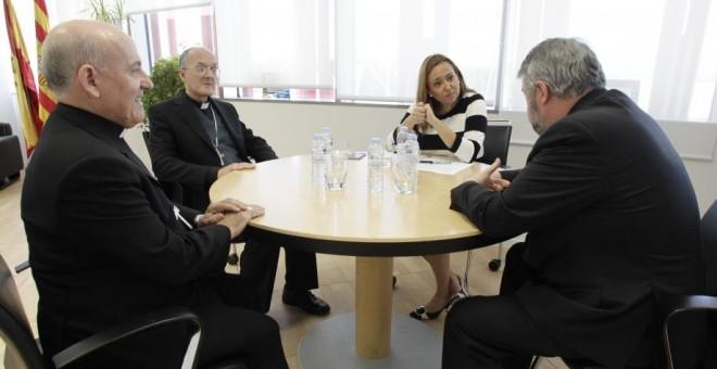 Los obispos aragoneses combaten en los tribunales los planes educativos de la consejera Mayte Pérez al tiempo que reclaman su apoyo en los litigios patrimoniales.
