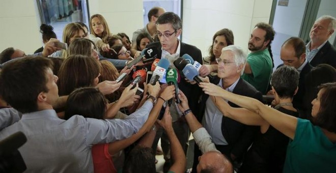 El diputado socialista Eduardo Madina junto al también diputado José María Barreda a su llegada a la reunión del grupo parlamentario después de que el secretario general, Pedro Sánchez, convocara un congreso federal en diciembre para reafirmar su liderazg