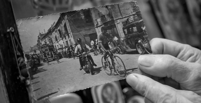 Francisco Rodríguez, a lomos de su bicicleta, abre paso al cortejo fúnebre de Joaquín Polo. / CHRISTIAN GONZÁLEZ