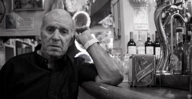 Francisco Rodríguez regenta desde hace cuarenta años el bar FM de Madrid. / CHRISTIAN GONZÁLEZ