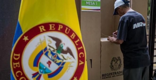 Una persona vota en el plebiscito de apoyo o rechazo al acuerdo de paz firmado en Colombia entre el Gobierno y las FARC. EFE/MIGUEL GUTIERREZ