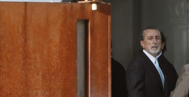 Francisco Correa, considerado el cabecilla de la trama Gürtel, a su llegada a la Audiencia Nacional en San Fernando de Henares para la segunda jornada del macrojuicio a la red de corrupción. EFE/Juan Carlos Hidalgo
