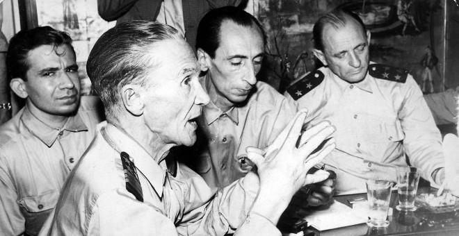 De izquierda a derecha, el periodista Miguel Urbano Rodrigues y el triunvirato Galvao, Velo y Sotomayor.