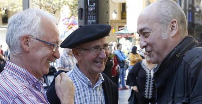 El exconsejero vasco de Interior, Joseba Azkarraga (i), conversa con los dirigentes abertzales Martín Garitano (d) y Tasio Erkizia, antes de la manifestación en San Sebastián para exigir la excarcelación de los presos de ETA con enfermedades graves o incu