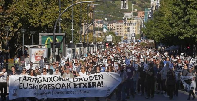 Vista de la manifestación en San Sebastián convocada por la red ciudadana Sare para exigir la excarcelación de los presos de ETA con enfermedades graves o incurables. EFE/Javier Etxezarreta