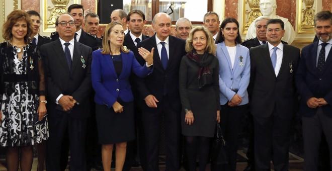 El ministro del Interior en funciones, Jorge Fernández Díaz (c), junto a la presidenta del Congreso, Ana Pastor (3-i), durante el acto de homenaje y entrega de condecoraciones de la Cámara Baja a la Policía Nacional con motivo de la celebración del Día de