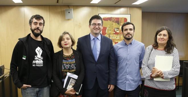 El portavoz adjunto de Unidos Podemos, Alberto Garzón, y la portavoz de Administraciones Públicas de la formación, Auxiliadora Honorato, junto a cargos de grupos municipales de diversas ciudades, durante la presentación del denominado 'Manifiesto de Ovied