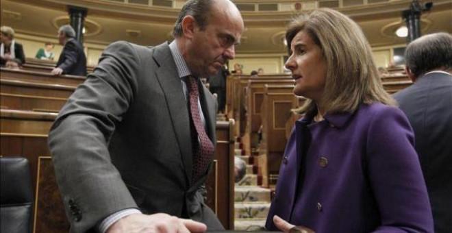 Los ministros de Economía y de Empleo en funciones, Luis de Guindos y Fátima Bañez, en el Congreso de los Diputados. EFE