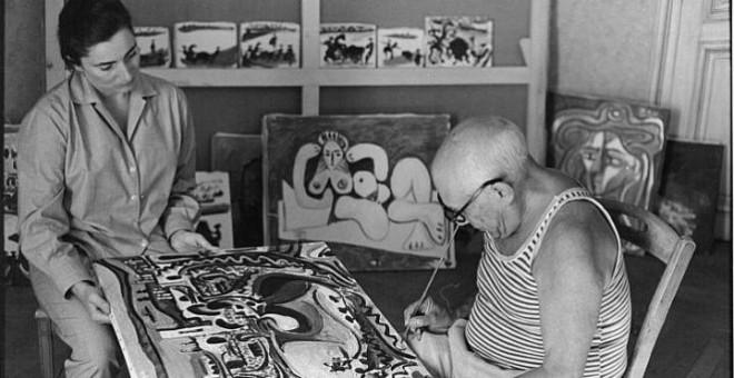 Pablo Picasso, en su estudio / Archivo EFE