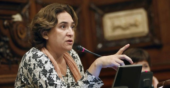 La alcaldesa del Ayuntamiento de Barcelona, Ada Colau, durante la celebración del pleno ordinario del mes de octubre./ EFE