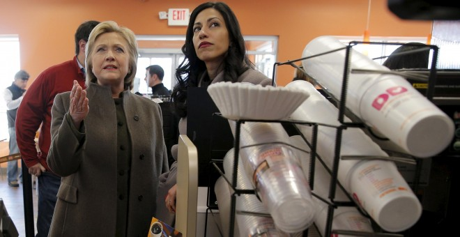 Hillary Clinton y Huma Abedinen un Dunkin' Donuts en Manchester, New Hampshire. / REUTERS