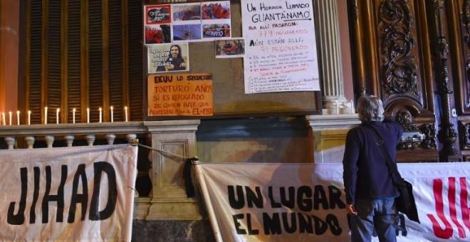 Carteles y mensajes de apoyo a Jihad Diyab junto al Ministerio de Exteriores de Uruguay. - AFP