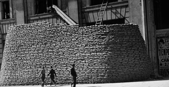 Sacos terreros protegen la fachada de Gran Vía del edificio Telefónica