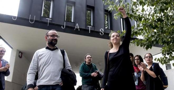 La alcaldesa de Berga, Montse Venturós (CUP), a su salida del juzgado a mediodía, cuatro horas después de su detención por parte de los Mossos d'Esquadra. EFE/Quique García