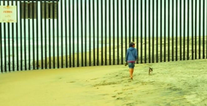 Valla de Tijuana, que marca la frontera entre Estados Unidos y México en la playa. JUAN CARLOS BULAS OSORIO