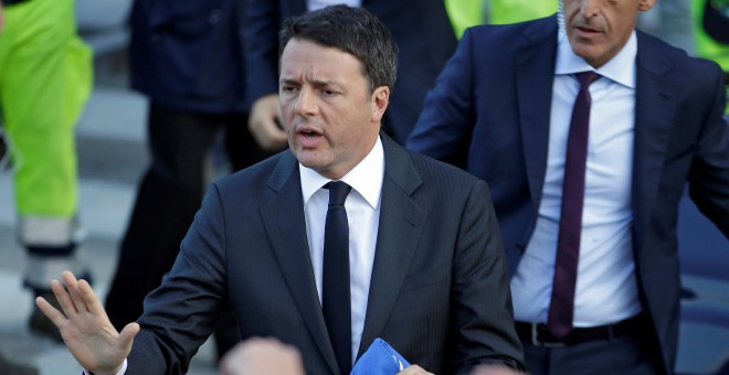 Renzi se enfrenta a la crisis del banco Monte dei Paschi di Siena y al auge del sentimiento antieuropeo del Movimiento Cinco Estrellas / REUTERS