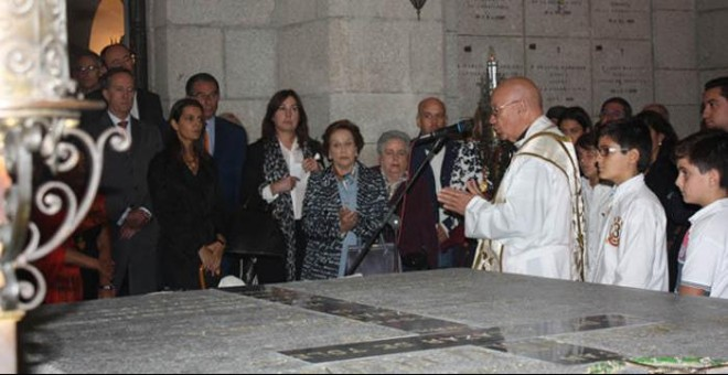 Un cura celebrada una misa frente a la tumba del general Moscardó.- EUROPA LAICA
