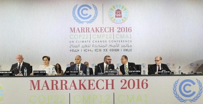 La jefa de cambio climático de la ONU, Patricia Espinosa, el ministro de Exteriores marroquí, Saleheddin Mezuar, el rey de Marruecos, Mohamed VI y el secretario general de la ONU, Ban Ki-moon, durante la cumbre de Naciones Unidas para el Clima (COP22) en