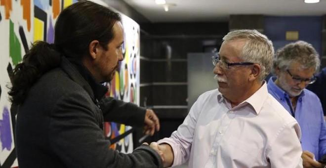 El secretario general de de Podemos, Pablo Iglesias, y el secretario general CC.OO, Ignacio Fernandez Toxo, se despiden tras un encuentro de trabajo y unas declaraciones a la prensa que han mantenido este miércoles en la sede de CCOO. / EFE