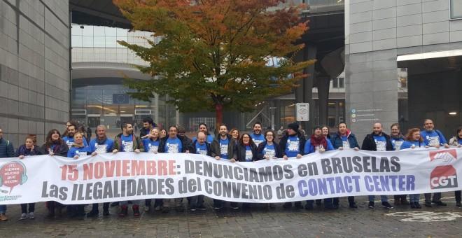 Representantes sindicales del sector del Contact Center protestan en el Parlamento Europeo, en Bruselas, el pasado martes.-PODEMOS