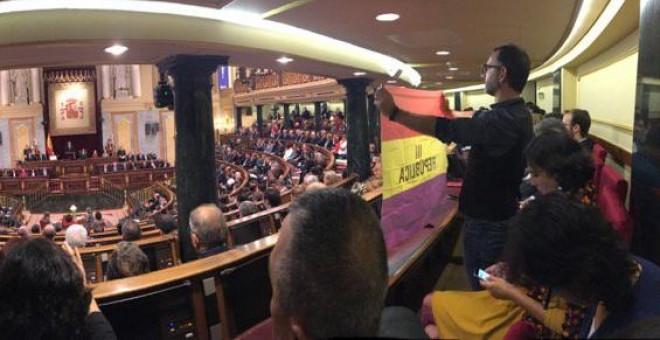 El senador de Unidos Podemos Iñaki Bernal sostiene la bandera republicana.- TWITTER RICARDO SIXTO