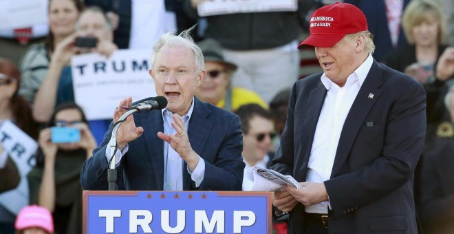 El senador Jeff Sessions, designado nuevo fiscal general de EEUU por Donald Trump, en una foto dela campaña electoral con el entonces candidato republicano en un mitin en Alabama. REUTERS/Marvin Gentry