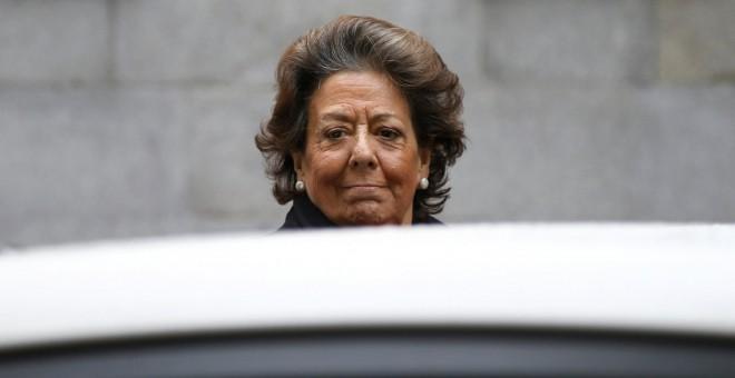 La senadora y exalcaldesa de Valencia por el PP, Rita Barberá, a su llegada a la sede del Tribunal Supremo para declarar voluntariamente como investigada o imputada por un delito de blanqueo de dinero relacionado con el caso Imelsa.  REUTERS/Susana Vera