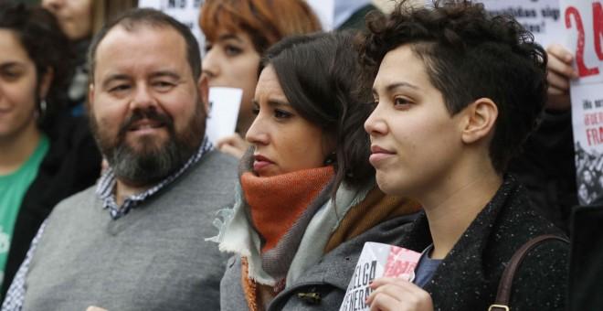 """La diputada de Podemos Irene Montero, acompañada por Ana García, del Sinditato de Estudiantes y Joan Mena, de En Comú Podem, durante la protesta llevada a cabo en contra de la Lomce y sus """"reválidas"""". EFE"""