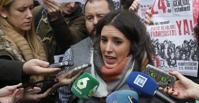 """La diputada de Podemos Irene Montero atiende a los medios durante la protesta llevada a cabo en contra de la Lomce y sus """"reválidas"""". EFE"""